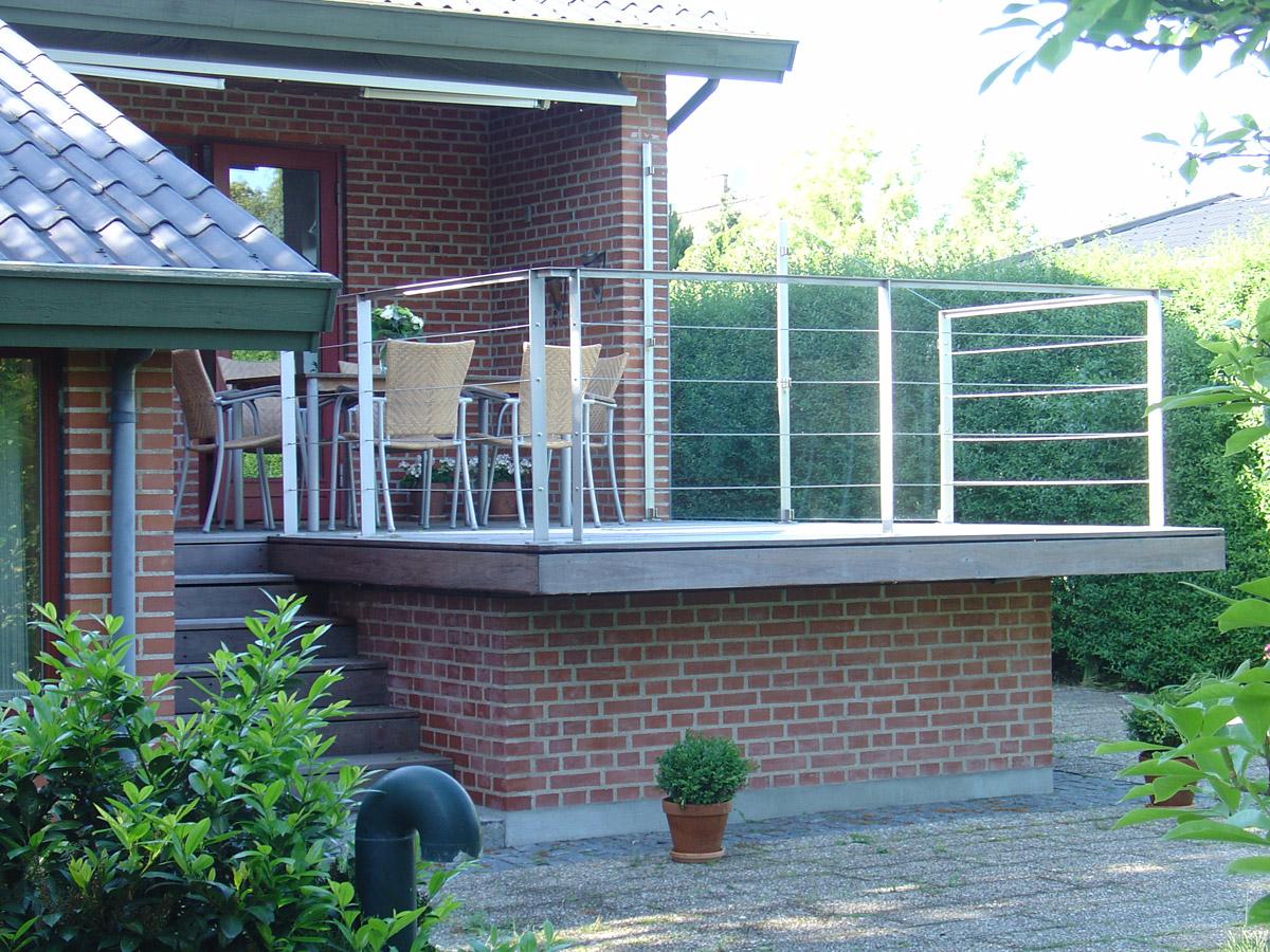 Picture of: Arkitekt Kobenhavn Plass Arkitekter Tilbygning Til Villa Haevet Terrasse Tilbygning Parcelhus Terrasse Terrassedaek I Hardt Trae